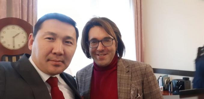 малахов в посольстве.jpg
