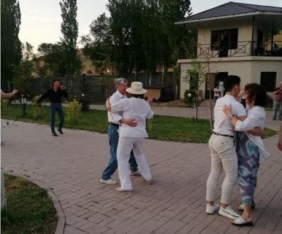 атамбаев танцует.jpg